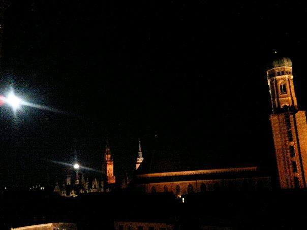 Vollmond Party auf dem Dach des Hotels Bayrischer Hof, München, Blick auf die Frauenkirche
