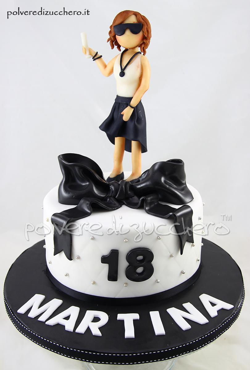 torta compleanno 18 anni pasta di zucchero cake design torta decorata ragazza tridimensionale fiocco bianco e nero polvere di zucchero
