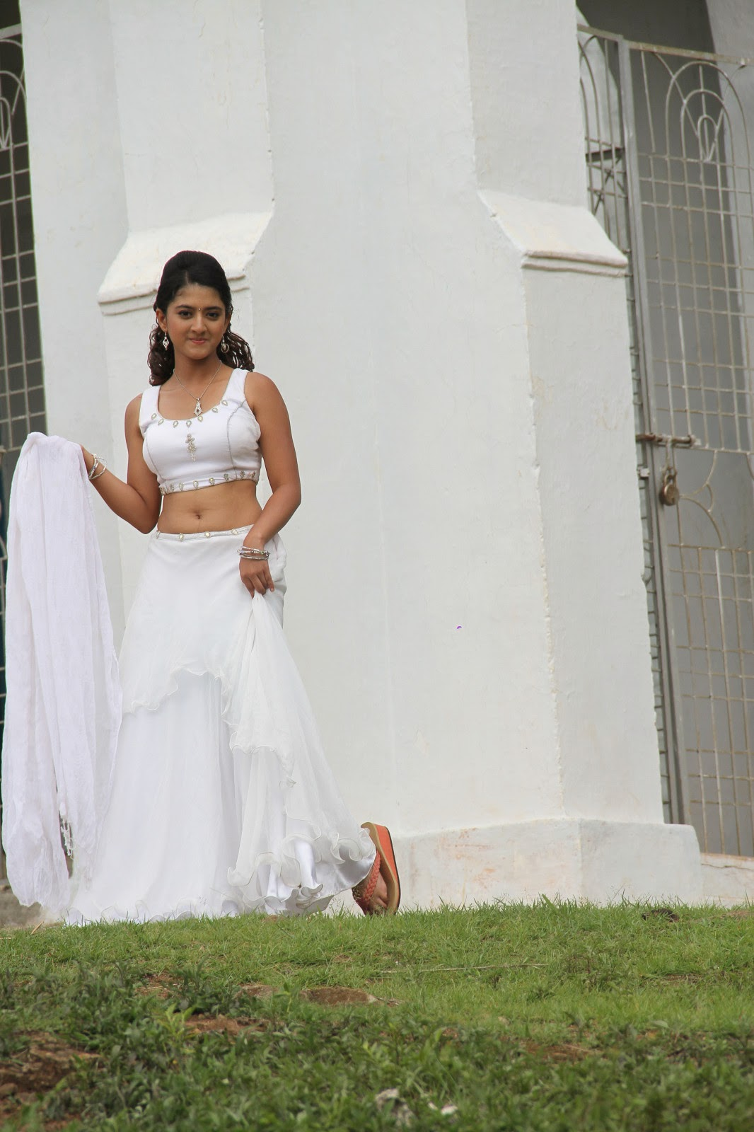 Kareena Kapoor New Hd Wallpaper Cute Shriya Sharma Sizzling Photos From Gayakudu Movie