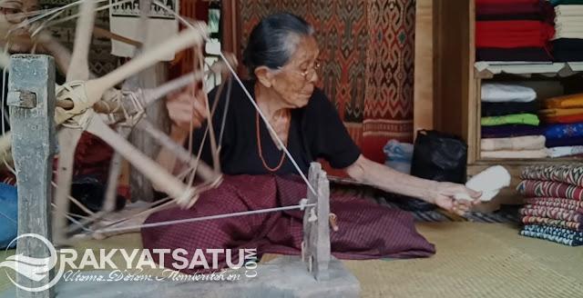 Nenek Pangngau, Penenun Tertua di Toraja yang Karyanya Sampai ke Luar Negeri