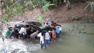 Mobil Rombongan Tamu Pengantin Terjun ke Sungai