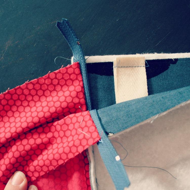 Knitting Zipper Tutorial : Andrea creates tutorial for a generous zipper pouch