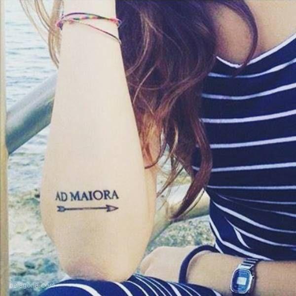 tatuaje ad maiora en el brazo
