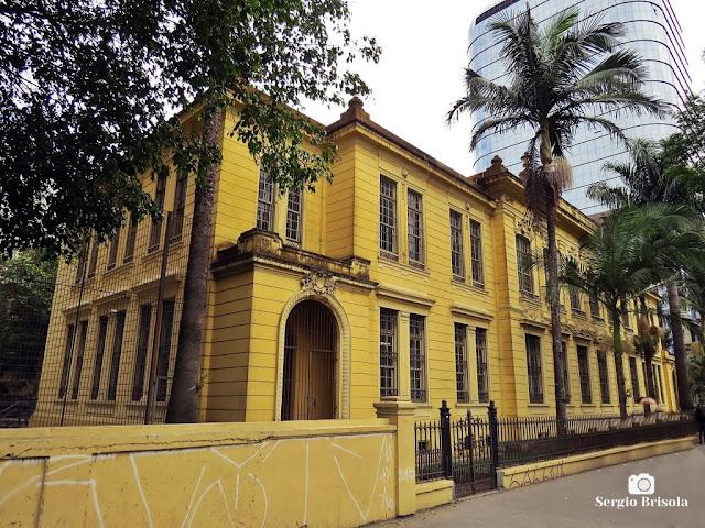 Vista ampla da fachada e lateral da Escola Estadual Rodrigues Alves - Avenida Paulista - São Paulo