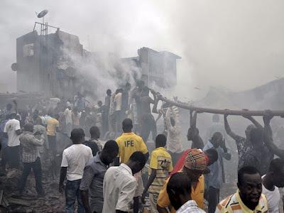 Avión se estrella contra edificio en Nigeria