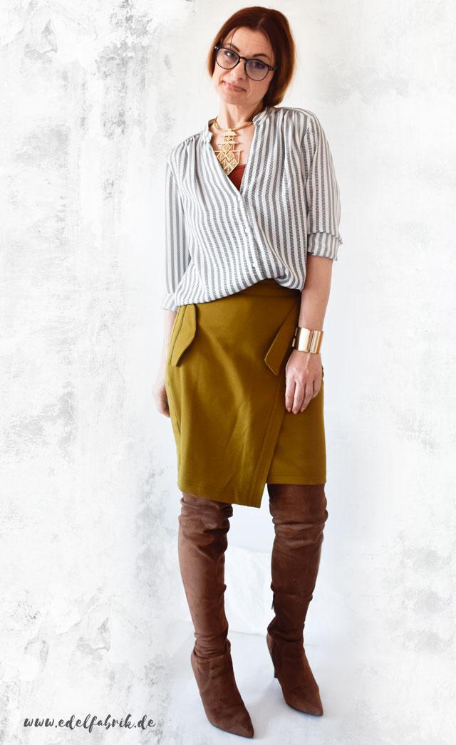 die Edelfabrik, Outfit mit Bleistiftrock in Senf, Overknees und Bluse