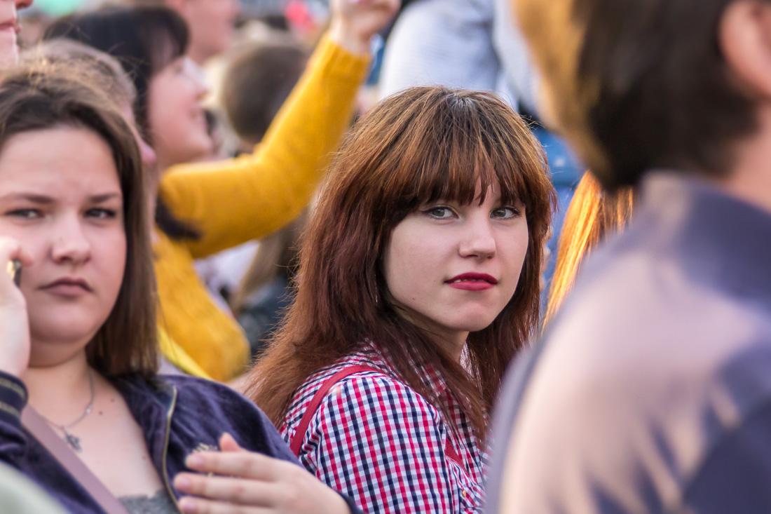 Девушка в толпе зрителей