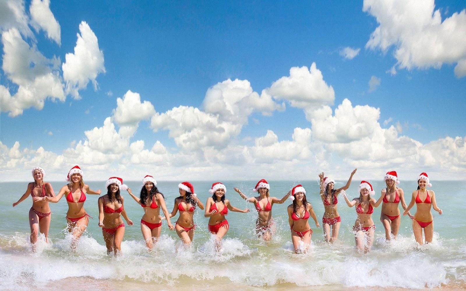 Vrouwen met kerstmuts lopen uit zee  Mooie Leuke