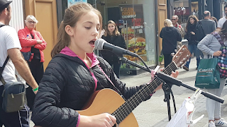 H επόμενη Αντέλ: To 12χρονο κορίτσι με την αγγελική φωνή που τραγουδά στους δρόμους