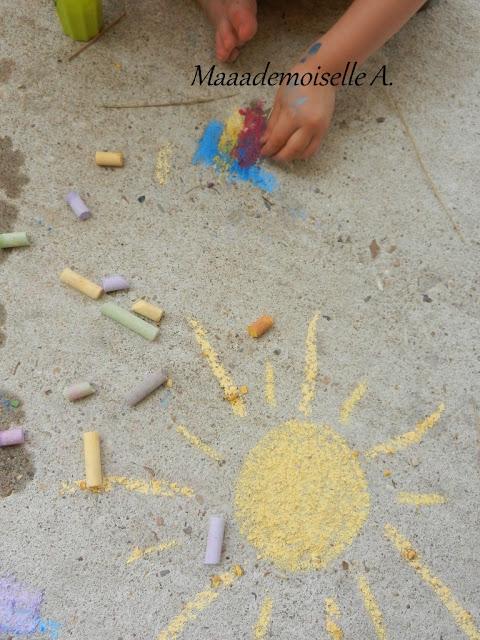 || Activité : Dessiner sur le sol avec des craies