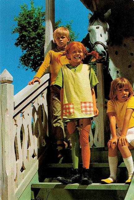 Imagen de Pippi, su caballo, Tommy y Annika a la puerta de su casa