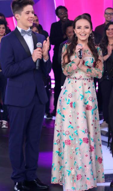 Larissa manoela vestido longo no Teleton com João