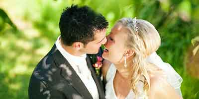 Membuat kekerabatan cinta lebih serasi yakni dapat dilakukan dengan sering  memperlihatkan ciuma Jenis Ciuman ini Dijamin Bisa Bikin Pasangan Kamu Ketagihan