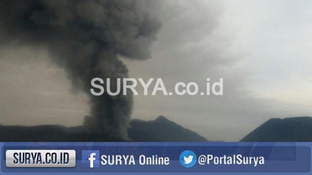 Foto terkini Gunung Bromo, muntahan debu vulkanik semakin hitam. Foto : TribunNews.
