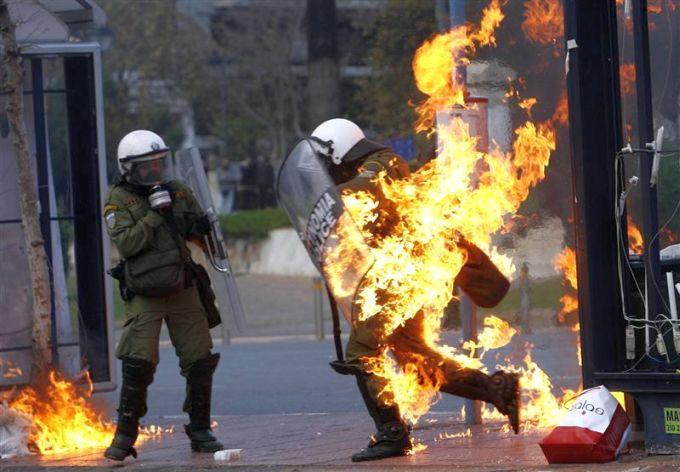 http://3.bp.blogspot.com/-LjOcli8g80k/TfimE0Cwv4I/AAAAAAAAEwM/vaQp-6BOFyc/s1600/Riots_Athens5_L.jpg