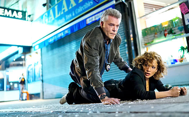 "Ray Liotta y Jennifer López en ""Shades of Blue"""