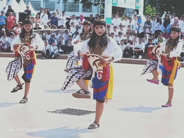 Para penari kesenian Jawa Timur beraksi di siang hari terik  dan difoto dengan kamera belakang  Oppo F 9 (dok.windhu)