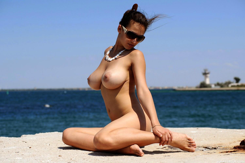ночь турков сиськастая красавица брюнетка на пляже поддержания живота