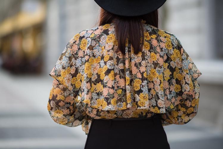 bluzka w stylu retro z falbanami i kapelusz