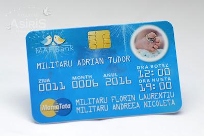 Invitatii nunta si botez haioase card bancar albastru cu poza piciorus bebe si verighete miri
