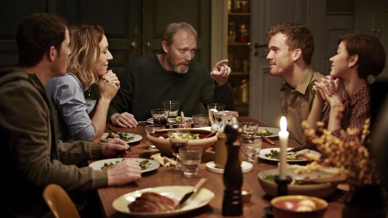 El elenco principal de Herrens Veje en una escena de la serie