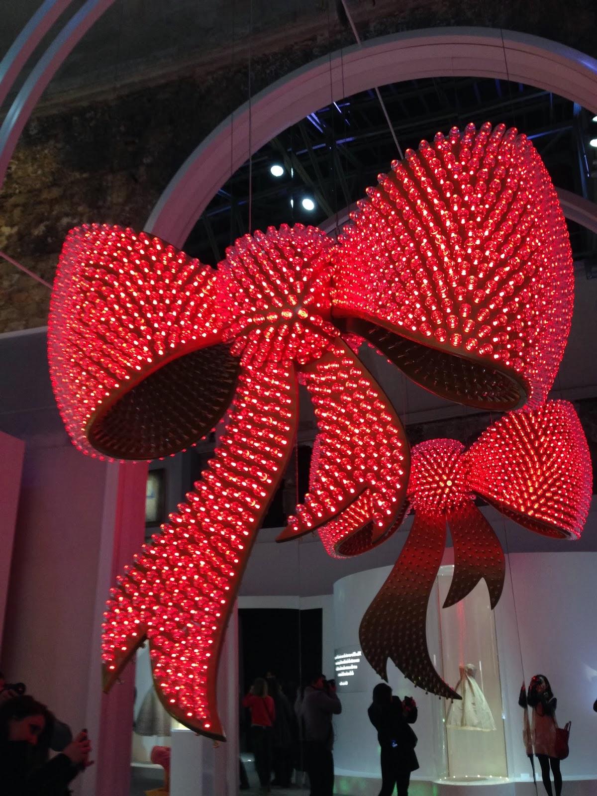 Les garçons aux foulards  Miss Dior s expose au Grand Palais – Art ... c1fedb6740a4