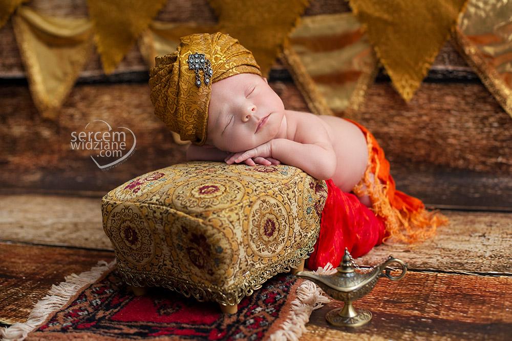 piękne sesje noworodkowe, fotografia noworodkowa w Warszawie, fotograf pracujący z noworodkami podczas sesji,
