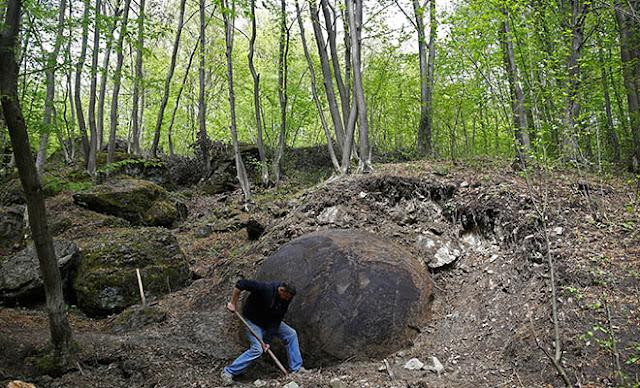Μυστηριώδης λίθινη σφαίρα βρέθηκε από αρχαιολόγο στη Βοσνία