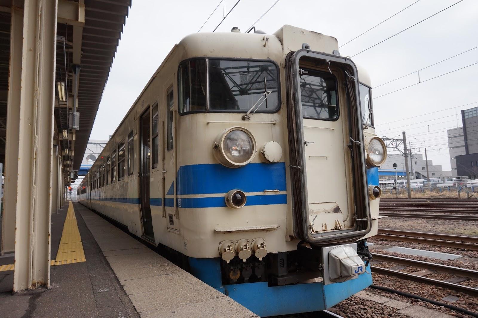 北陸本線直江津駅に停車中のJR西日本475系