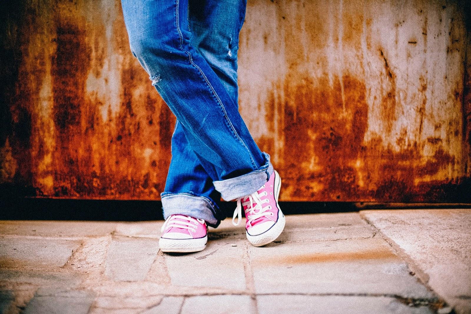 pies , piernas , de pie , esperando , cruzado , urbanas , los pantalones vaqueros , joven , adolescente , femenino , chica , mujer , zapatos de color rosa , zapatos con cordones , fresco , de moda , calzado , zapatillas de deporte