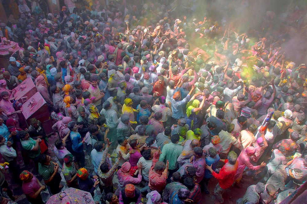 Holi Banke Bihari Temple Vrindavan 2015 colors gulal red yellow green men