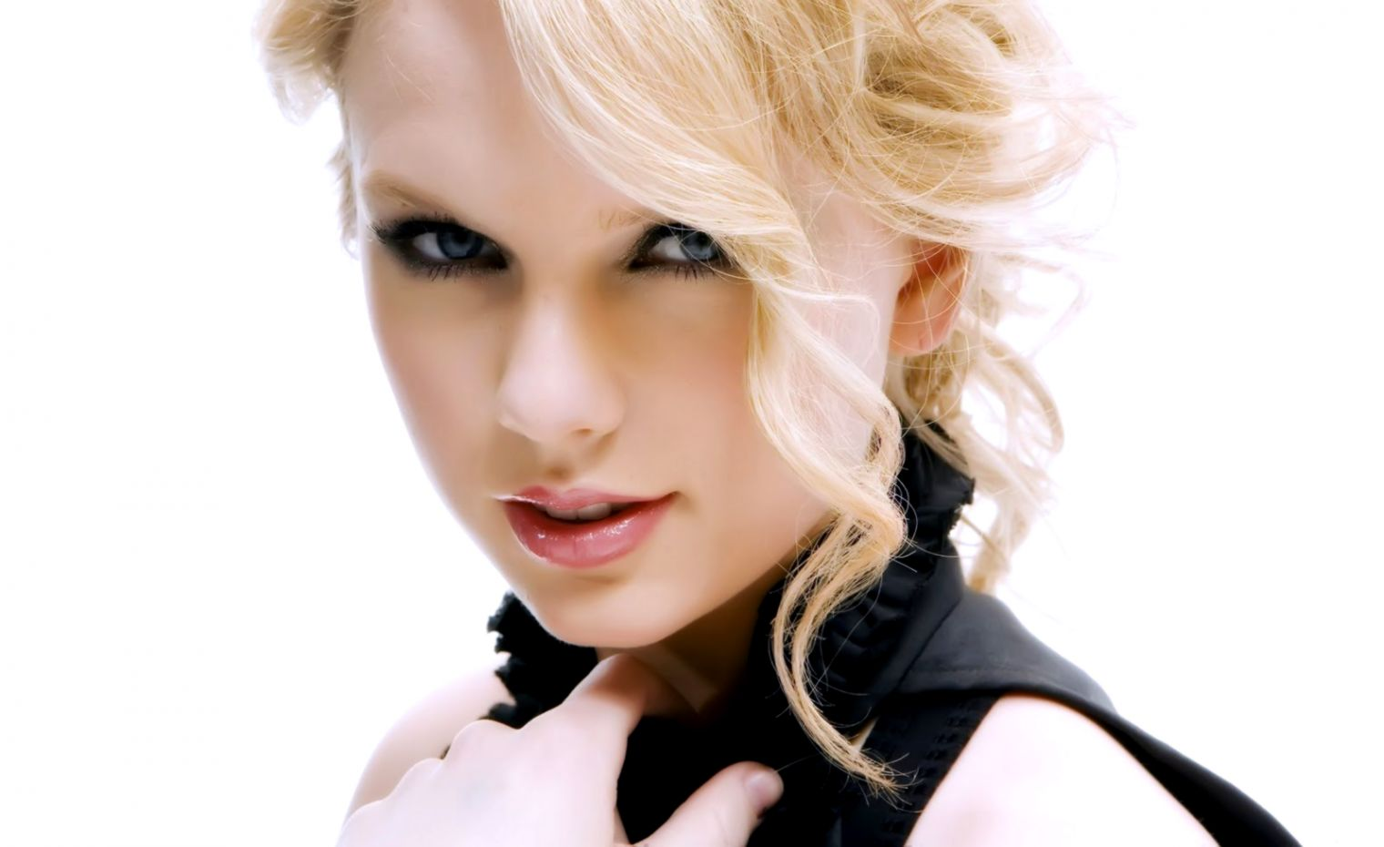 Taylor Swift Cute Smile Wallpapers Background