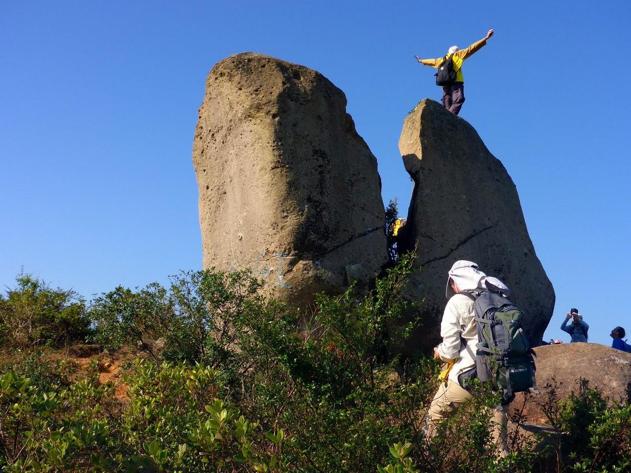 Montrekker's Hiking Blog: 荃景圍-爆石頂-下花山-元荃古道-上塘-蓮花山-煤氣管道-槍會脊