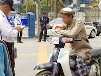 """Dahulu Rasulullah Tak Pakai Helmet, Kenapa Saya Kena Pakai?"" Tak Sangka Jawapan Polis Ini Buat Tok Imam Terus Jadi BISU"