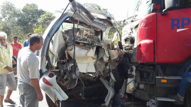 Carro funerário de Cacoal transportando cadáver bate de frente com carreta e deixa motorista preso as ferragens na BR 364