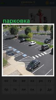 Вид сверху на парковку, где стоят автомобили с разметкой