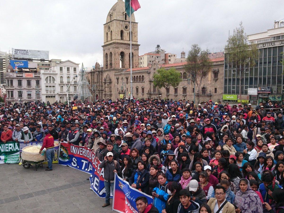 Movilización de la UPEA bajó en marcha desde El Alto hasta la plaza San Francisco y el centro paceño