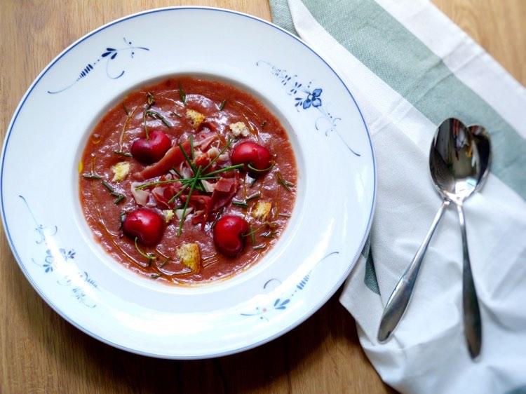 Gazpacho de cerezas servido en plato hondo. Receta saludable