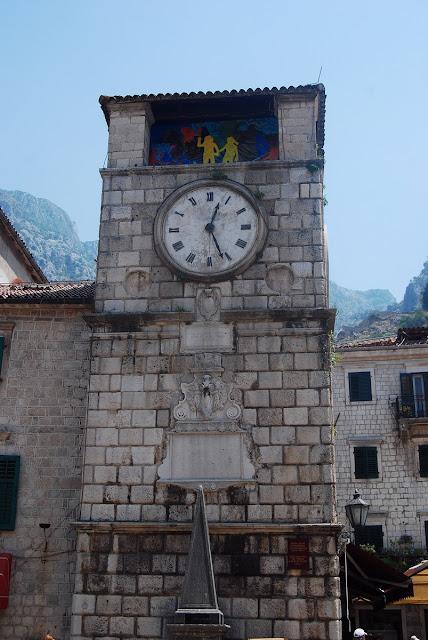 tour-horloge du XVIIème siècle, avec son pilori servant aux exécutions