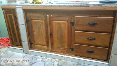 gabinete rústico sob medida em madeira de demolição
