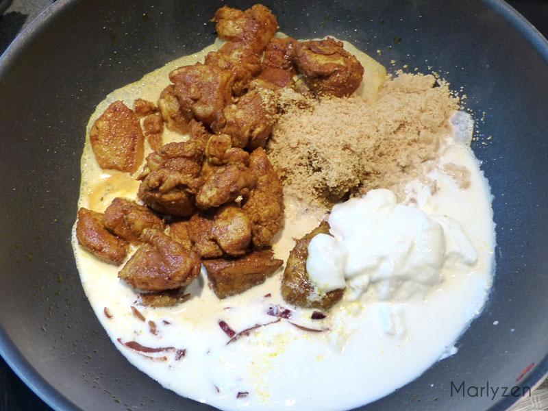 Ajoutez le poulet, les cacahuètes, la crème et le yaourt.