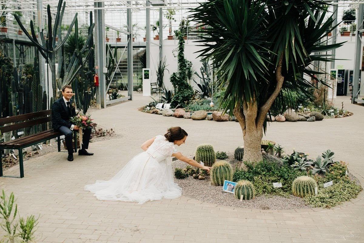 kāzu fotosesija Salaspils botāniskā dārzā