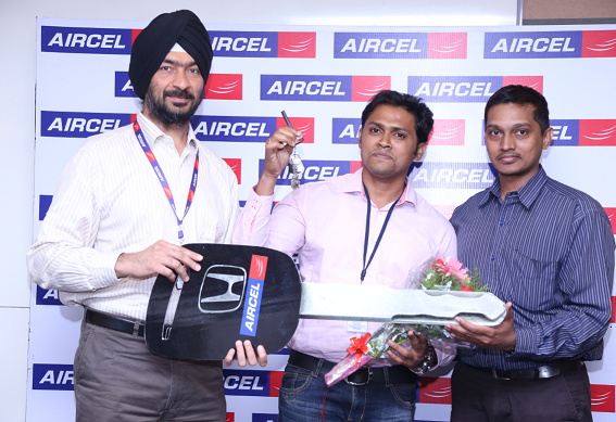 Picture caption Kanwarbir Singh (left), Circle Business Head – Karnataka, Aircel, handing over  the keys of a brand new Honda Jazz to%