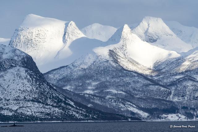 Invierno en Noruega Ártica, las montañas de las Islas Lofoten desde el barco por El Guisante Verde Project
