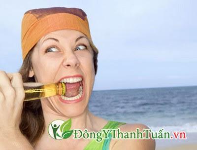Mở nắp bia bằng răng là nguyên nhân rụng răng sớm
