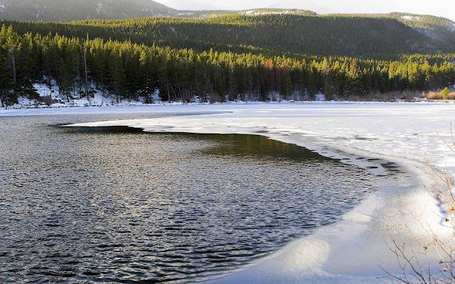 Half bevroren meer tijdens de winter