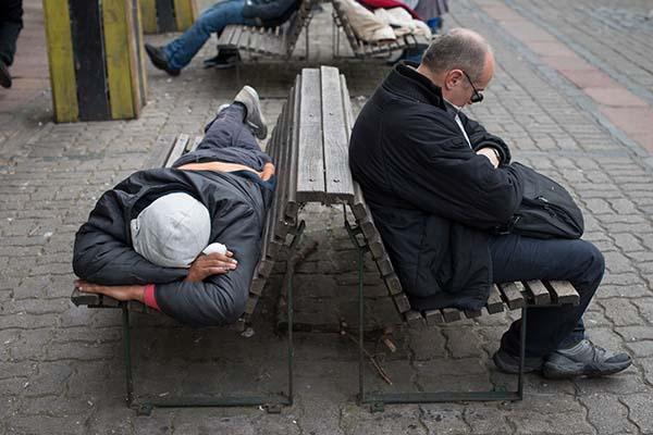 Desempleados duermen en asientos de calles céntricas porteñas