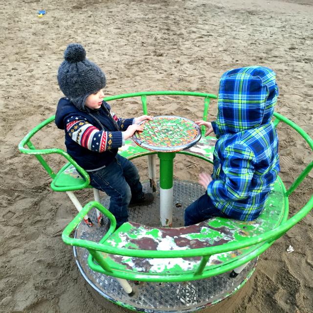 Bjarne und Jannes auf dem Spielplatz
