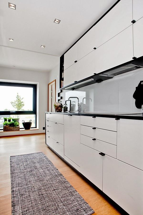 Białe wnętrze z czarnymi i niebieskimi akcentami, wystrój wnętrz, wnętrza, urządzanie domu, dekoracje wnętrz, aranżacja wnętrz, inspiracje wnętrz,interior design , dom i wnętrze, aranżacja mieszkania, modne wnętrza, styl skandynawski, scandinavian style, białe wnętrza, kuchnia, biała kuchnia, projekt kuchni