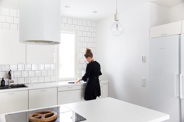 valkoinen keittiö, siisti koti, keittiö, leivontapäivä